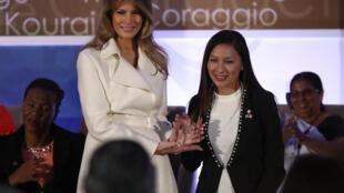 Arlette Contreras reçoit des mains de Melania Trump le prix international des femmes de courage 2017, le 29 mars 2017.