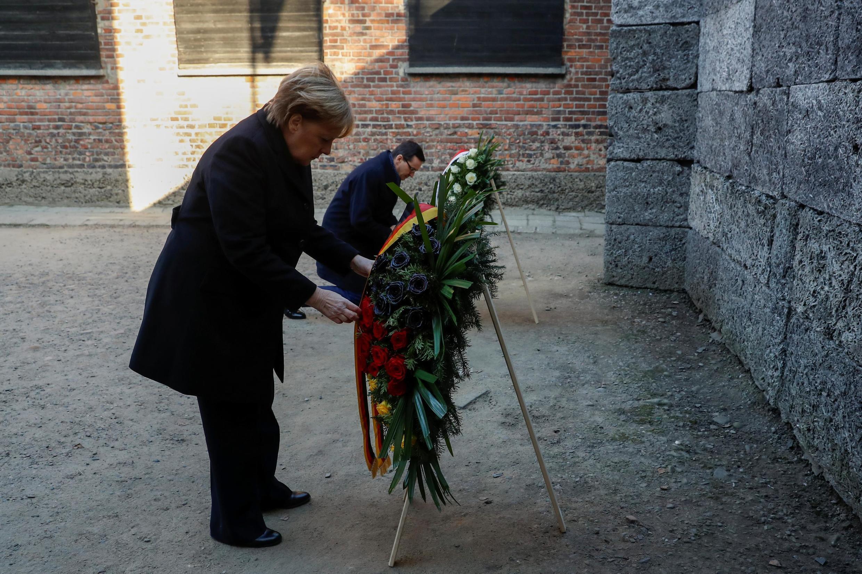 Chanceler alemã, Angela Merkel e primeiro ministro polaco, Mateusz Morawiecki, na visita ao campo de extermínio de judeus em Auschwitz na Polónia