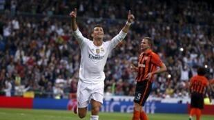 Kiungo wa Real Madrid, Cristiano Ronaldo, akisherehekea bao lake lapili katika mchuano uliyopigwa dhidi ya Shakhtar Donetsk katika uwanja wa Santiago Bernabeu Madrid, Uhispania, Septemba 15, 2015.