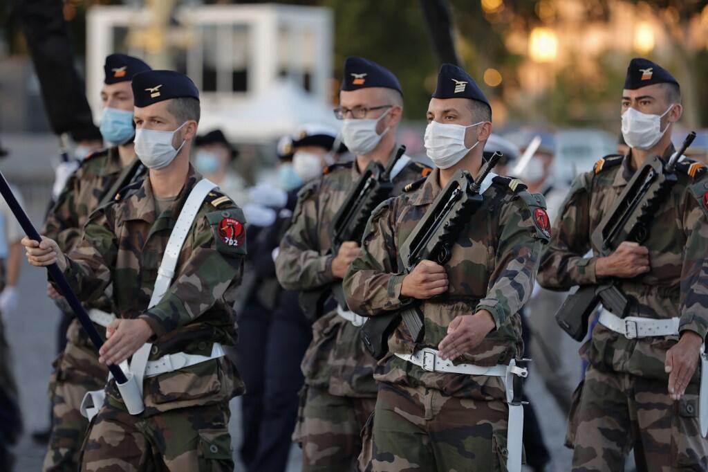 Военнослужащие ВВС Франции на площади Соласия в Париже. Репетиция торжеств 14 июля.