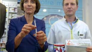 La Ministra de Sanidad francesa, Marisol Touraine presente test de HIV que puede ser realizado en el hogar, el 15 de septiembre de 2015.
