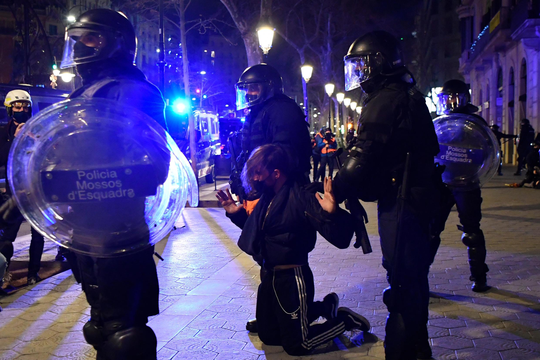 В субботу, 20 февраля, столкновения продолжились в Барселоне, многотысячные акции в поддержку прошли в Мадриде и других городах