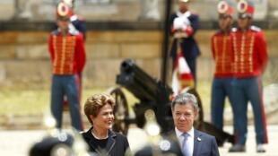 Juan Manuel Santos recebe Dilma Rousseff, em Bogotá, nesta sexta-feira (9/10/15).
