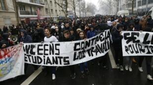 Estudiantes manifiestan junto con los trabajadores el 9 de marzo 2016 en París, contra la reforma laboral del gobierno.