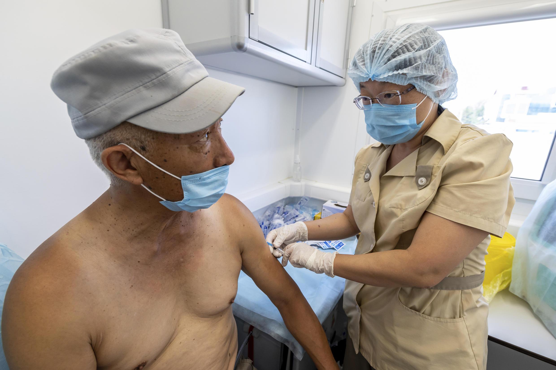 薩哈林島6月18日一名工人在接種衛星五號新冠疫苗