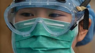 Una trabajadora médica con uniforme de protección contra el coronavirus en el hospital del distrito de Xuhui, Shanghái (China), 9 de marzo de 2020