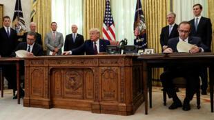 """9月4日,塞尔维亚总统与科索沃总理在美国总统特朗普主持下签署""""经济正常化""""协议"""