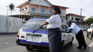 Des policiers gabonais contrôlent un véhicule à Libreville, le 14 septembre 2009.