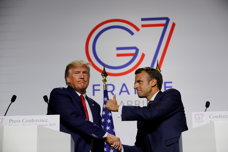 Ảnh minh họa: Tổng thống Pháp Emmanuel Macron (P) bắt tay nguyên thủ Mỹ Donald Trump sau cuộc họp G7 tại Biarritz, Pháp, ngày 26/08/2019