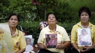 Người dân đến trước cửa bệnh viện tại Bangkok cầu nguyên cho nhà Vua Bhumibol Adulyadej ngày 5/10/2014.
