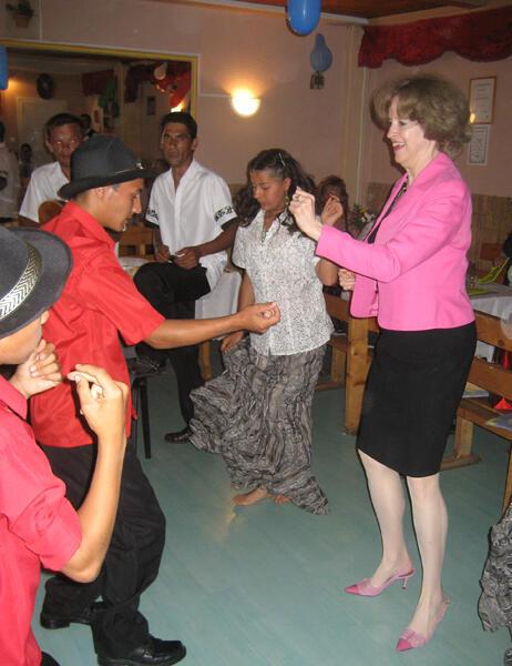 Bà đại sứ Mỹ tại Hungary tiếp xúc với các sinh viên gốc Tzigane. Ảnh chụp năm 2008.
