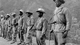 Algérie, 1956, poste Al-Frah (région d'Alger). Avant le départ en patrouille, une section de la 7e compagnie du 2/13e régiment de tirailleurs sénégalais.