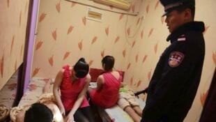 Une inspection policière contre la prostitution, les paris et les drogues à Qingdao, dans la province du Shandong, en 2014.