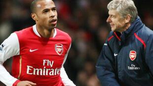 Mai horar da kungiyar kwallon kafa ta Arsenal, Arsene Wenger, tare da tsohon dan wasansa Thierry Henry.