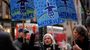 Manifestantes protestam contra projeto de oleoduto