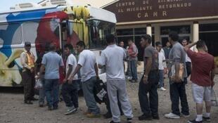 Migrantes hondureños deportados frente al Centro de Atención al Migrante Retornado, aeropuerto de San Pedro Sula, Honduras, septiembre de 2014.