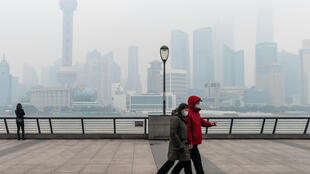 GettyImages 1230343739 couple Shanghai chine pollution air