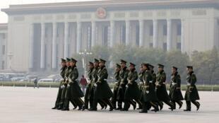 Patrouilles de policiers paramilitaires place Tiananmen à Pékin, avant un plénum du PCC. Le PCC lui-même ne sera pas épargné par la chasse aux «Tigres»