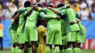 Les onze titulaires nigérians réunis tous ensemble autour de Vincent Enyeama avant le coup d'envoi.