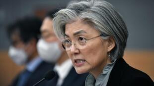 La ministre sud-coréenne des Affaires étrangères Kang Kyung-wha lors d'un briefing pour les diplomates étrangers sur la situation du Cornavirus, à Séoul, vendredi 6 mars 2020.
