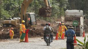 Construction d'une route en Bolivie.