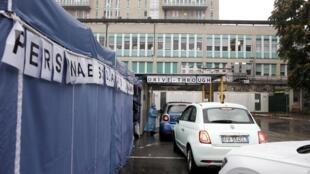 Des automobilistes font la queues pour se faire tester au Covid-19 à l'hôpital San Paolo de Milan le 15 octobre 2020.