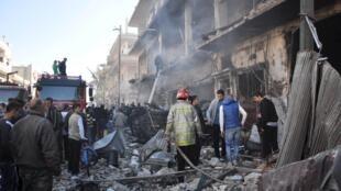 Ataques causaram dezenas de vítimas e destruíram parte do bairro de Zahra em Homs, no centro da Síria.