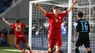 Mario Gomez comemora o gol do Bayern contra o Hoffenheim, neste domingo.