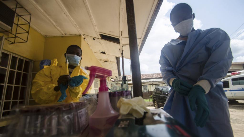 Madaktari na wauguzi wakiva mavazi ya kuwalinda na maambukizi ya virusi vya Ebola kabla ya kumfanyia vipimo mgonjwa anaeshukiwa kuwa na virusi vya Ebola nchini Sierra Leone.