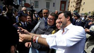 Matteo Salvini avec ses partisans, après avoir inauguré un nouveau siège de police à Corleone, ville d'origine du Parrain, le jour où l'Italie célèbre la libération du fascisme à Corleone, en Sicile, en Italie, le 25 avril 2019.