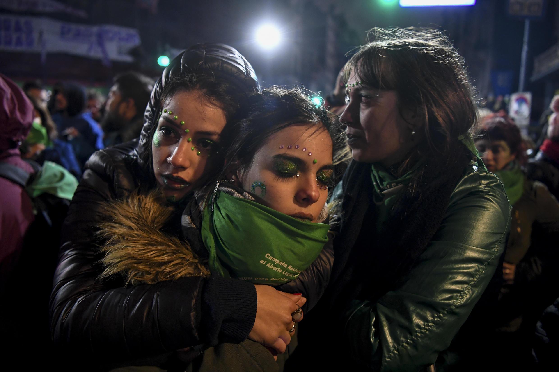 Сторонницы легализации абортов в Буэнос-Айресе после объявления результатов голосования в Сенате
