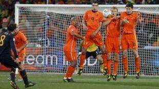 Mantener la barrera a 9m15 en los tiros libres es un rompecabeza para los árbitros. En la imagen, el español Xavi remata ante una barrera holandesa en la final del Mundial de fútbol.