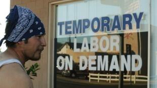 Homem procura ofertas de emprego em uma agência de trabalho temporário da Califórnia.
