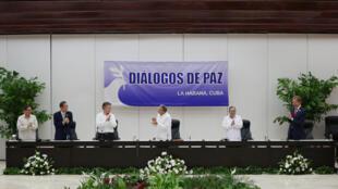 Lors de la signature historique de l'accord de paix entre le gouvernement colombien et les FARC, le 23 juin 2016 à La Havane.