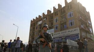Un policier dans la ville de Kaboul, après les attaques des insurgés talibans, le 16 avril 2012.