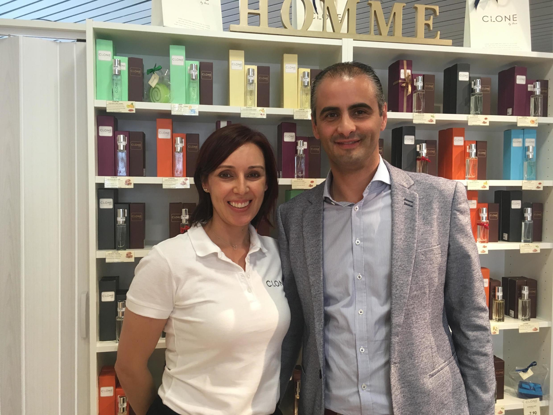 Luciano Domingues et Carla Pereira dans leur boutique de parfum à Bulle, dans le canton de Fribourg.