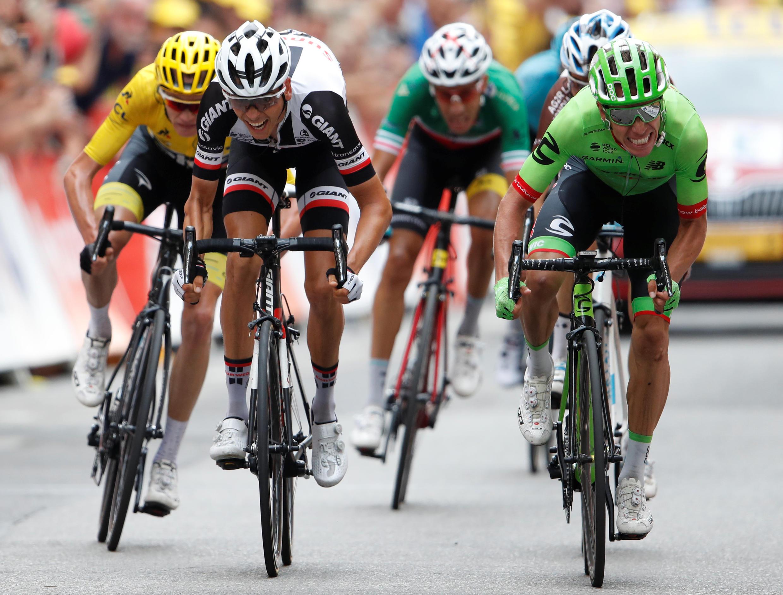 O colombiano Rigoberto Urán (na direita, de verde) venceu a nona etapa da Volta a França.