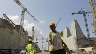 Des ouvriers sur le chantier de l'extension du canal de Panama.