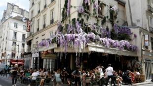 La terrasse remplie d'un restaurant parisien le 3 juillet 2020.