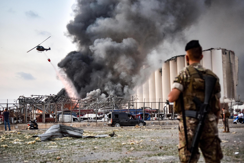Soldados del ejército libanés delante de un helicóptero intentan apagar el incendio provocado por dos explosiones en el puerto de Beirut, el 4 de agosto de 2020 en el Líbano