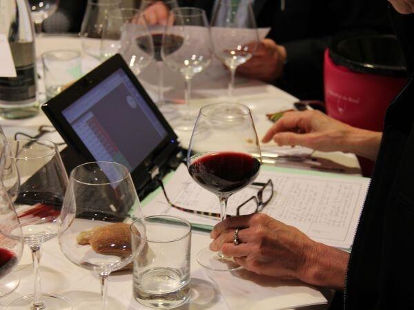 Les jurés des 36 nationalités dégustent et jugent les vins.