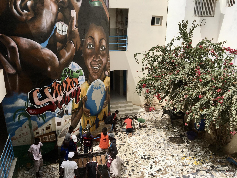 Dans la cour du centre du Samu social Sénégal dans la commune de Ouakam à Dakar.