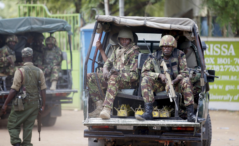 Des soldats kenyans arrivent à l'université de Garissa cible d'une attaque des shebabs en avril 2015.