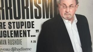 Capa da revista L'Obs mostra o escritor Salman Rushdie diante de cartaz sobre terrorismo