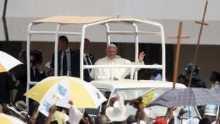 Le pape François arrive dans le stade de Bangui, acclamé par la foule, pour donner une dernière messe avant son départ de RCA, le 30 novembre 2015.