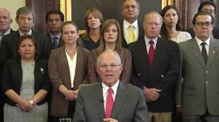 Com os membros do seu governo junto dele, o Presidente Pedro Pablo Kuczynski anunciou ontem a sua demissão.