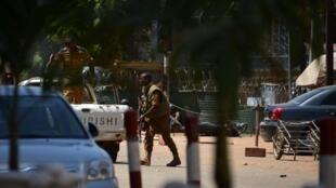 Des membres des forces de sécurité burkinabè près de l'Institut français de Ouagadougou alors que la capitale burkinabè est ciblée par des attaques, vendredi 2 mars.