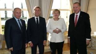 Shugaban Rasha Vladimir Putin, da takwarorinsa Emmanuel Macron na Faransa, Angela Merkel ta Jamus da kuma mai masaukin baki shugaban Turkiya Recep Tayyip Erdogan a birnin Istanbul yayin ganawa kan warware rikicin kasar Syria.