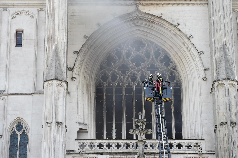 Bombeiros controlaram rapidamente incêndio da Catedral de Nantes no oeste de França