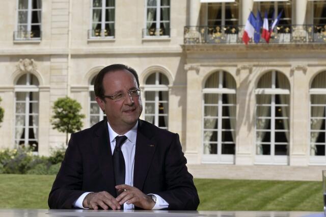Франсуа Олланд во время интервью в саду Елисейского дворца